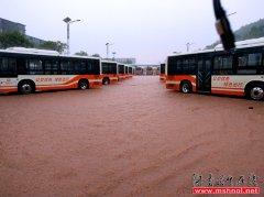 才战罢高温  又抗击暴雨――永州公交全面抗击暴雨袭击