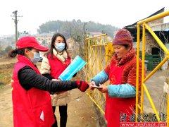 娄星区妇联、区贸促会志愿服务小分队在乡村开展防疫宣传活动